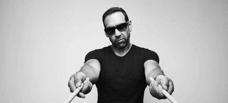 Justin Bettman compositor y baterista de jazz ganador de cinco premios Grammy, entre ellos uno por la banda sonora original de la película Birdman delante de su batería.
