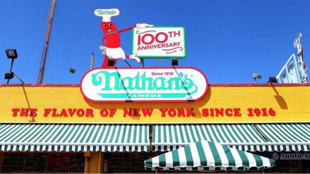Nathan's se presenta como el lugar de los 'hot dogs' desde 1916. (Foto: GETTY IMAGES, vía BBC Mundo).