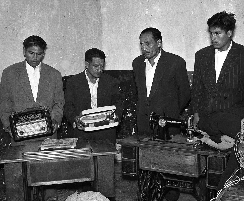 LIMA, 20 DE ABRIL DE 1955 PRESENTACION DE DELINCUENTES CON LOS OBJETOS ROBADOS. FOTO: EL COMERCIOEL COMERCIO | EL COMERCIO