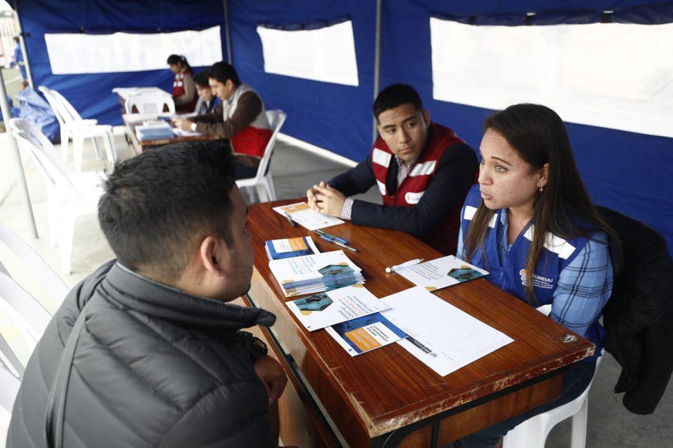 La Sunedu instaló carpas donde viene brindando información a los alumnos de la Universidad inca Garcilaso de la Vega sobre el proceso de cierre de esta casa de estudios. (Foto: Cesar Campos / GEC)