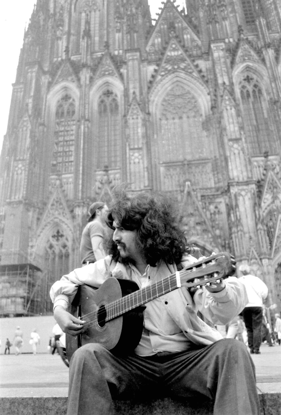 El intérprete ayacuchano en Alemania, a inicios de la década de 1990. [Foto: archivo familiar ]