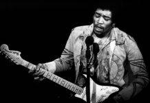 Jimi Hendrix, la épica toca la guitarra